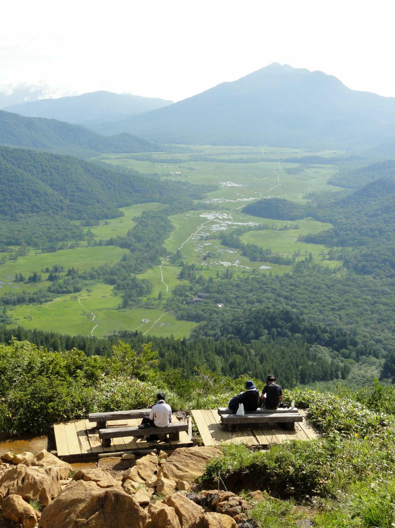 至仏山中腹の休憩場所からの尾瀬ヶ原と燧ヶ岳