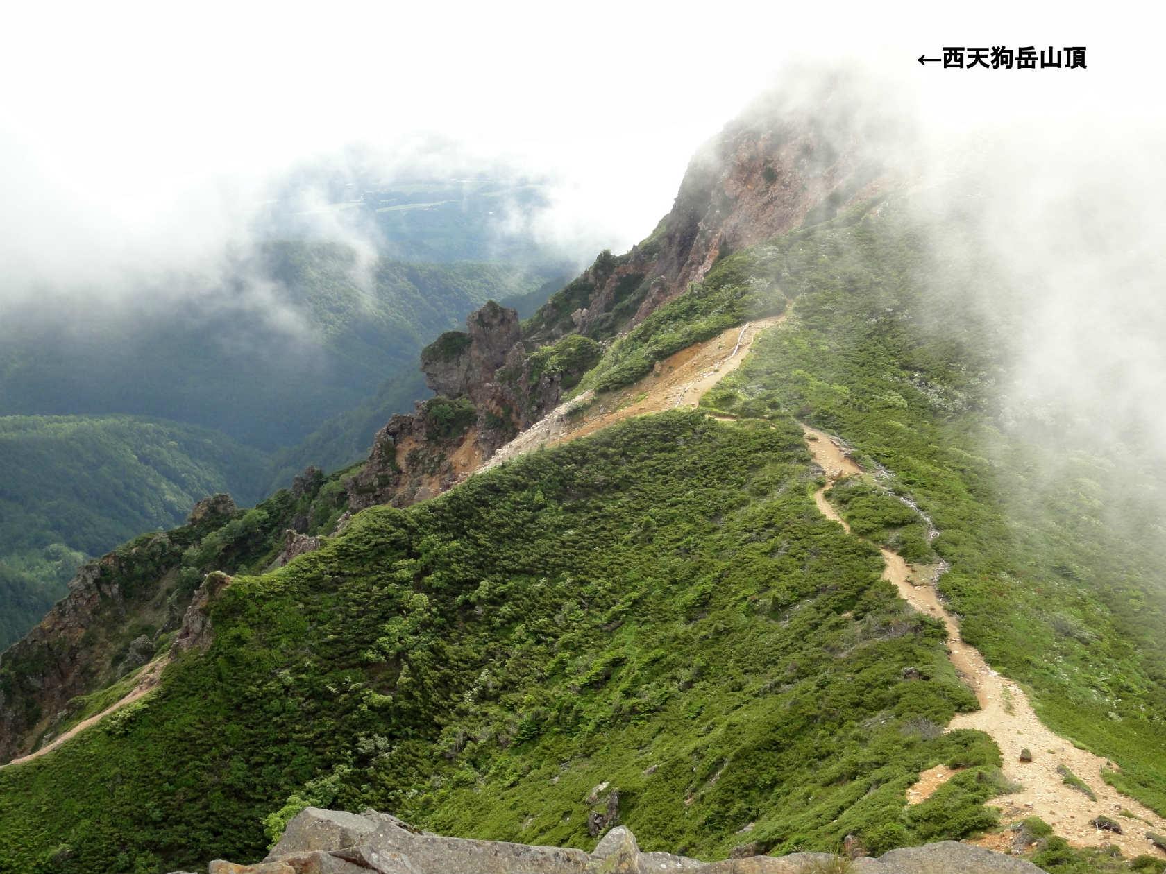 東天狗岳山頂から西天狗岳山頂方面