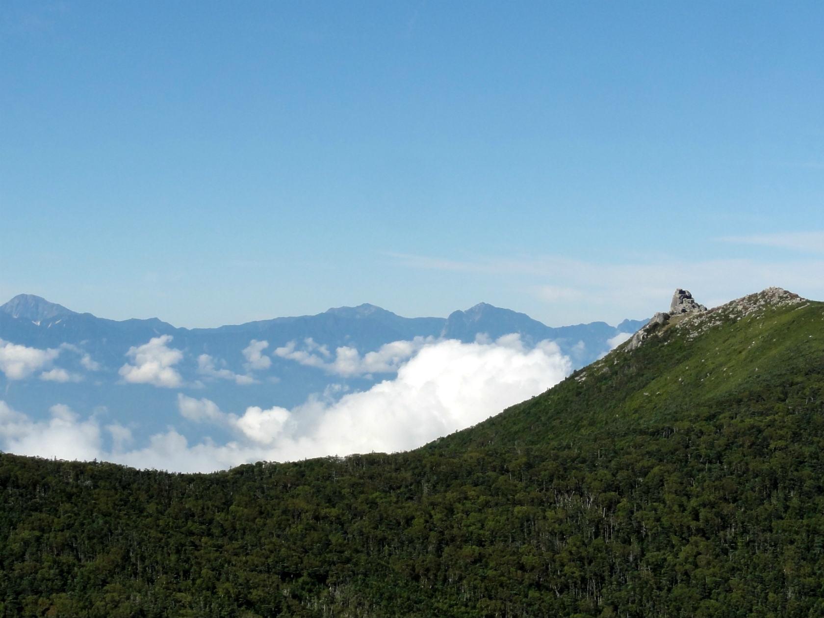 朝日岳山頂西肩からの金峰山と南アルプス
