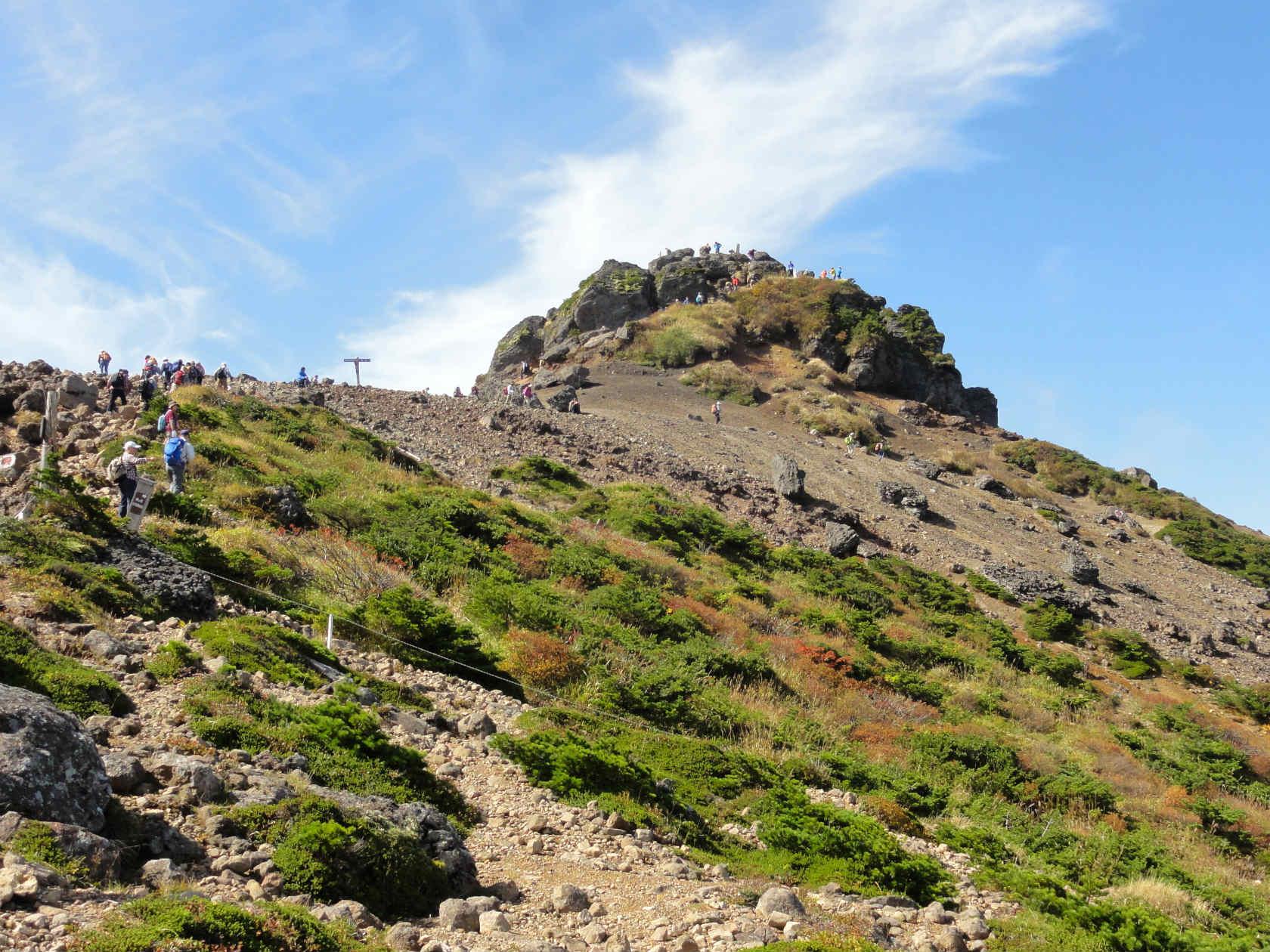 安達太良山山頂へ向かう
