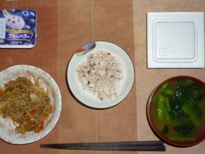 胚芽押麦入り五穀米,納豆,肉野菜のにんにく醤油炒め,ほうれん草のおみそ汁,ヨーグルト