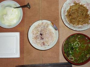 胚芽押麦入り五穀米,納豆,肉野菜にんにく醤油炒め,葱とほうれん草のおみそ汁,ヨーグルト