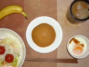塩キャラメルパンケーキ,サラダ(キャベツ、レタス、大根、トマト),目玉焼き,バナナ,コーヒー