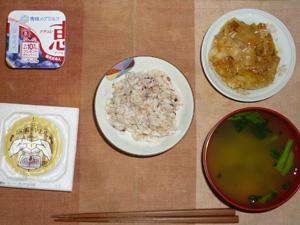 胚芽押麦入り五穀米,納豆,キャベツとひき肉の味噌炒め,ほうれん草のおみそ汁,ヨーグルト