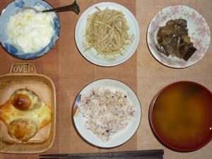 胚芽押麦入り五穀米,プチバーグのチーズ焼き,もやしのソテー,茄子と玉葱の炒め物,ワカメのおみそ汁,オリゴ糖入りヨーグルト