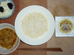 玄米粥,キャベツの肉野菜炒め,納豆,プルーン入りヨーグルト