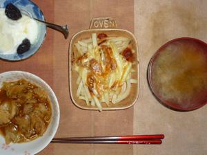 フレンチフライのトマトソースチーズ焼き,肉野菜炒め,玉葱のおみそ汁,プルーン入りヨーグルト