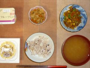 胚芽押麦入り五穀米,納豆,肉野菜炒め,玉葱とミックベジタブルのソテー,ワカメのおみそ汁,ヨーグルト