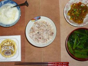胚芽押麦入り五穀米,納豆,玉葱とミックスベジタブルのソテー,ほうれん草のおみそ汁,オリゴ糖入りヨーグルト
