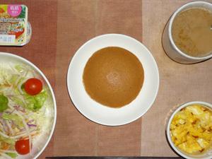 塩キャラメルパンケーキ,サラダ(キャベツ、レタス、大根、トマト)青紫蘇・オリーブオイル,フライドオニオン入りスクランブルエッグ,ヨーグルト,コーヒー