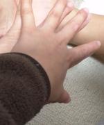 我が子の手
