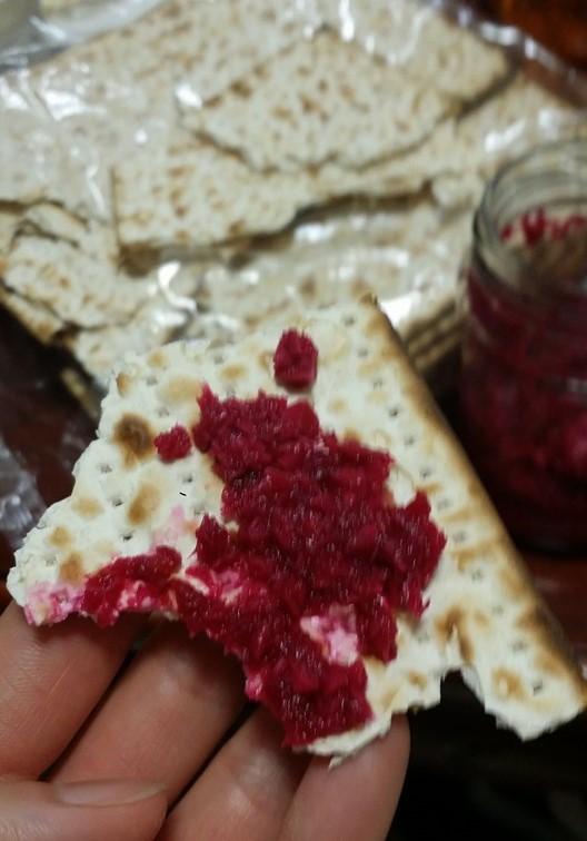 種入れぬパンにハゼレット(西洋わさびと赤かぶを混ぜた物)