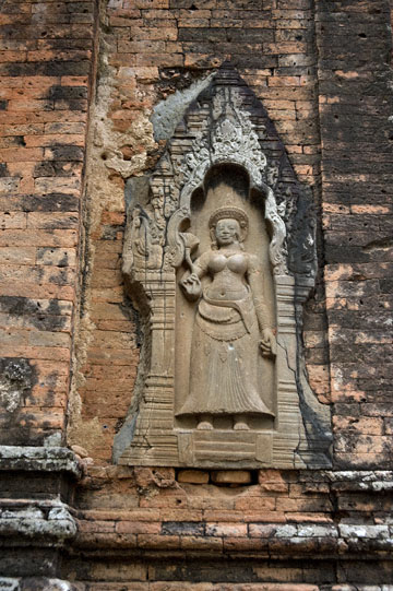 blog 232 Cambodia, Siam Reap, Roluos Group (Lolei, Preah Ko, Bakong)_DSC0106-12.4.13.(1).jpg