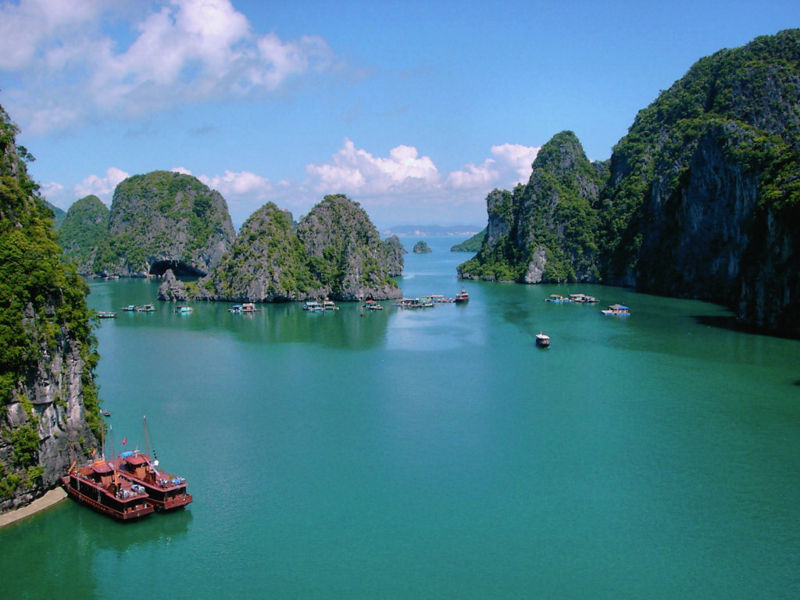 800px-Halong_ensemble_(colour_corrected).jpg