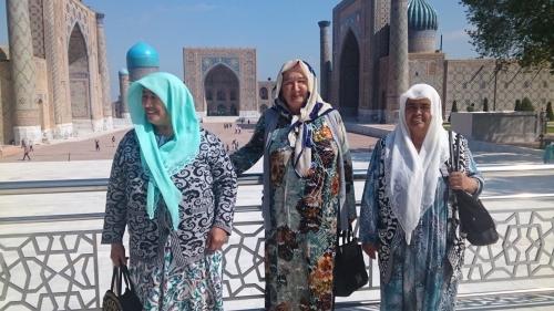 ブハラのモスクで会った幸福そうなおばあさん