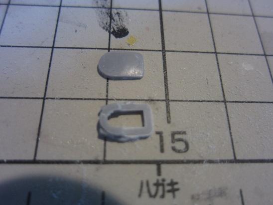 艦橋を輪切りにした上窓枠のはめ込み部分を削る