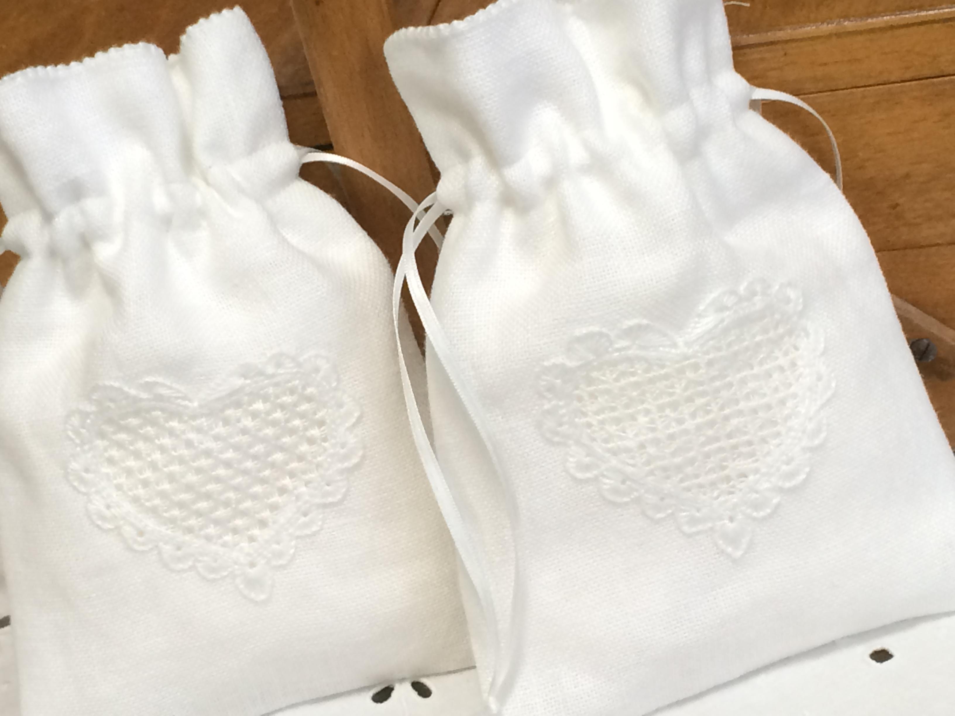 白糸刺繍の巾着ポーチ
