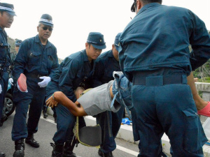 Cvq7R5MWAAAVr8p記者拘束や監視