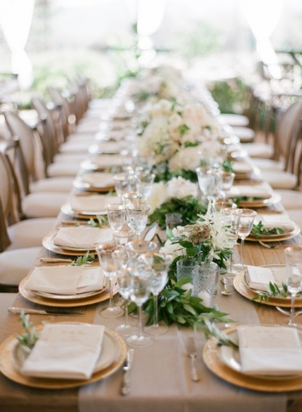 24-garland-running-the-length-of-the-table-gold-rimmed-stemware-gold-chargers.jpg