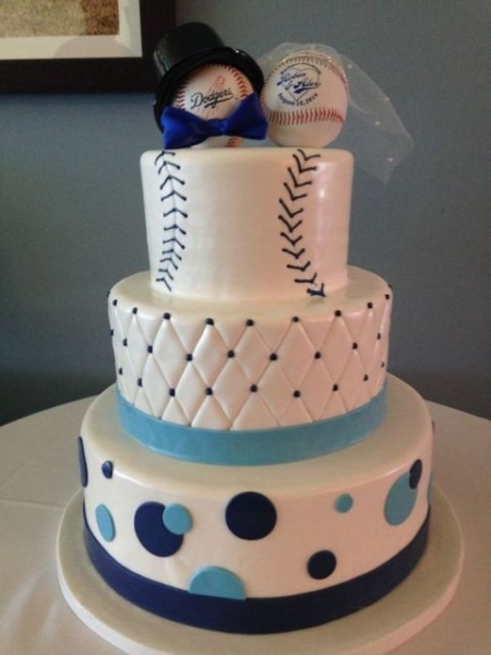 Funny-baseball-themed-cake-with-cake-toppers.jpg