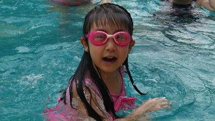 ホテルのプールで (2)