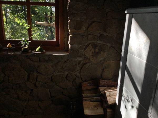 朝日が差し込む石のストーブ