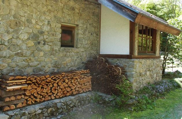 家の北側の薪積みの新作