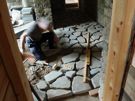 石貼りの床、貼り進行中