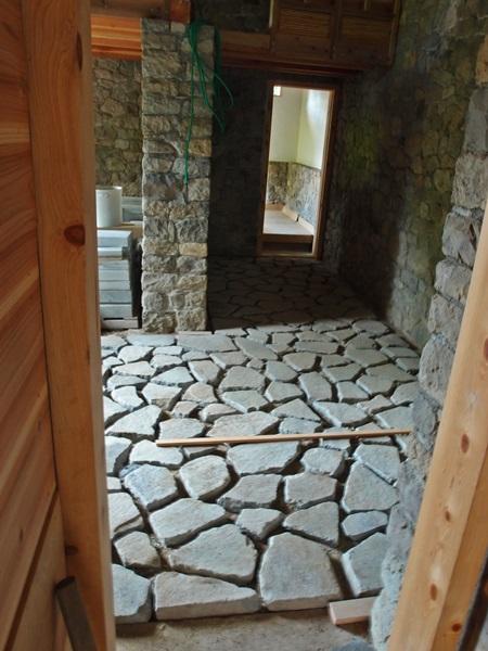石貼りの床