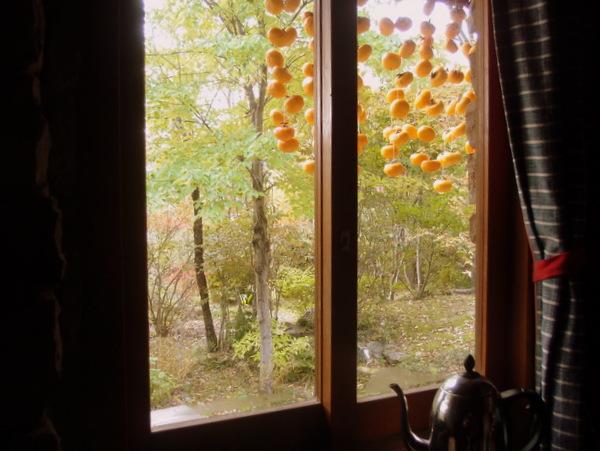 窓越しの柿すだれ