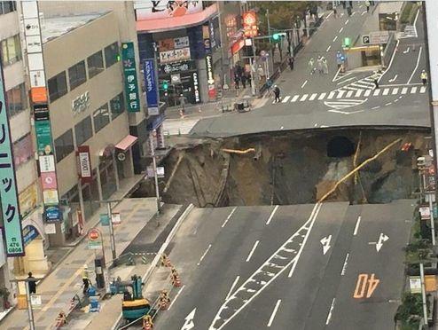 【シンクホール】福岡県博多駅前の道路が陥没し「巨大な穴」が出現!原因を調査中