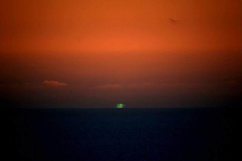 小笠原諸島・父島で「グリーンフラッシュ」と呼ばれる非常に稀な現象が発生…観光客から歓声