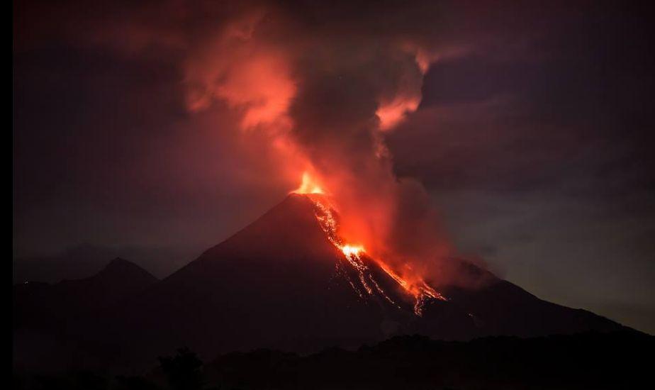 メキシコの「コリマ山」が噴火し、活動が活発化!噴煙は2000メートルに達し、住民は避難…火山付近にはUFOらしき姿も?