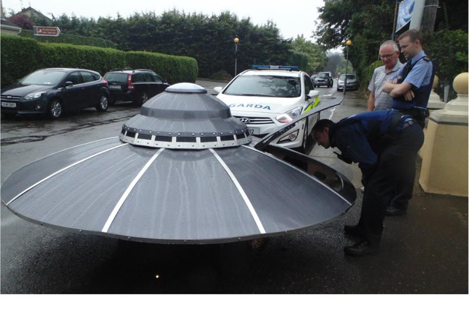 アイルランドで「UFO」が出現!パトカーがサイレンを鳴らし追跡する動画が、海外で話題に