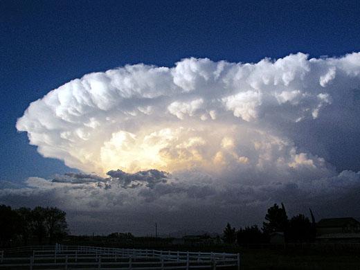 コロンビアに超巨大な「雲」が出現…まるでエイリアンの宇宙空母