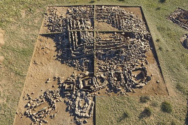 カザフスタンの草原でエジプトのピラミッドに似た「遺跡」が見つかり、話題に