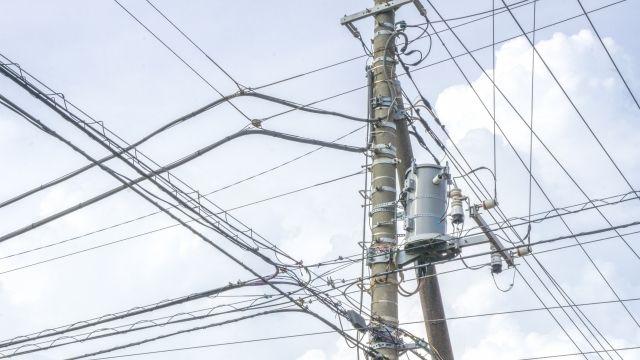 日本って「地震大国」なのになぜ電線を地中に埋めないの?小池都知事「被害減らすため、無電柱化進める」