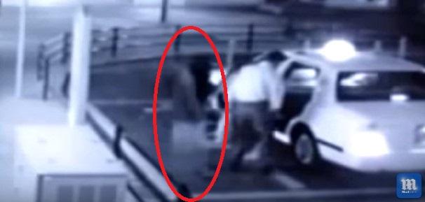 【日本】突然現れタクシーに乗り込もうとする「女の幽霊」の姿を捉えた動画として、海外メディアで話題に