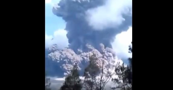 インドネシアのバルジャリ火山が噴火!噴煙は上空2000メートルに達する…観光客ら約400人に避難勧告