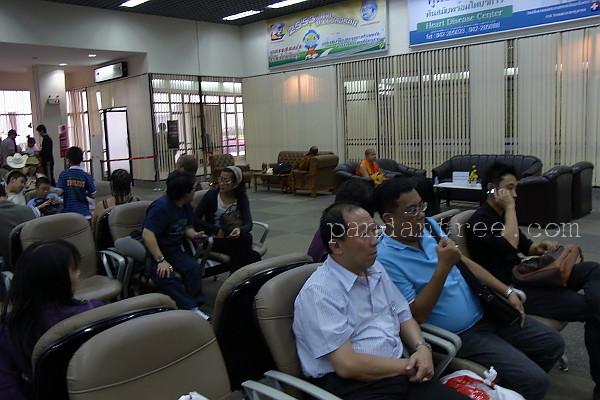 空港待合室の僧侶専用シート