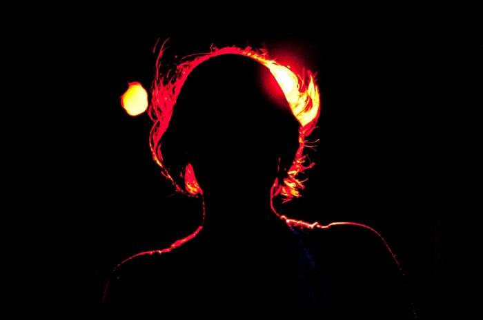 フリー画像女のシルエット炎