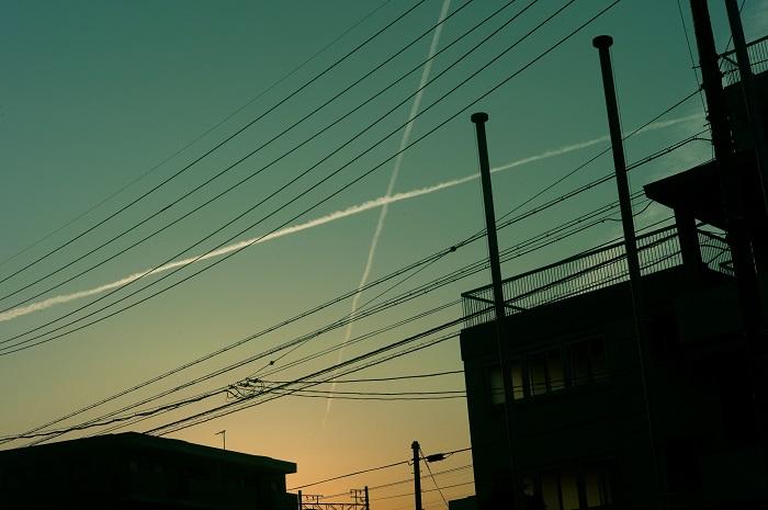 フリー画像空と電線と家と