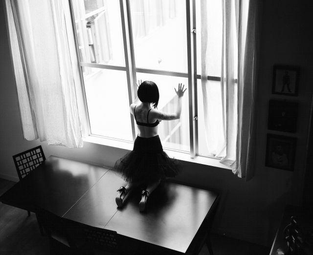 フリー画像窓辺の女