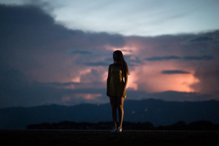 フリー画像夕空に佇む女