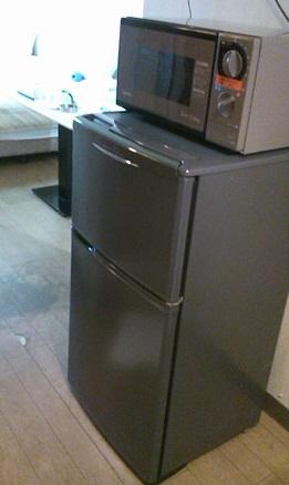 なんと、冷凍庫付き冷蔵庫に電子レンジ